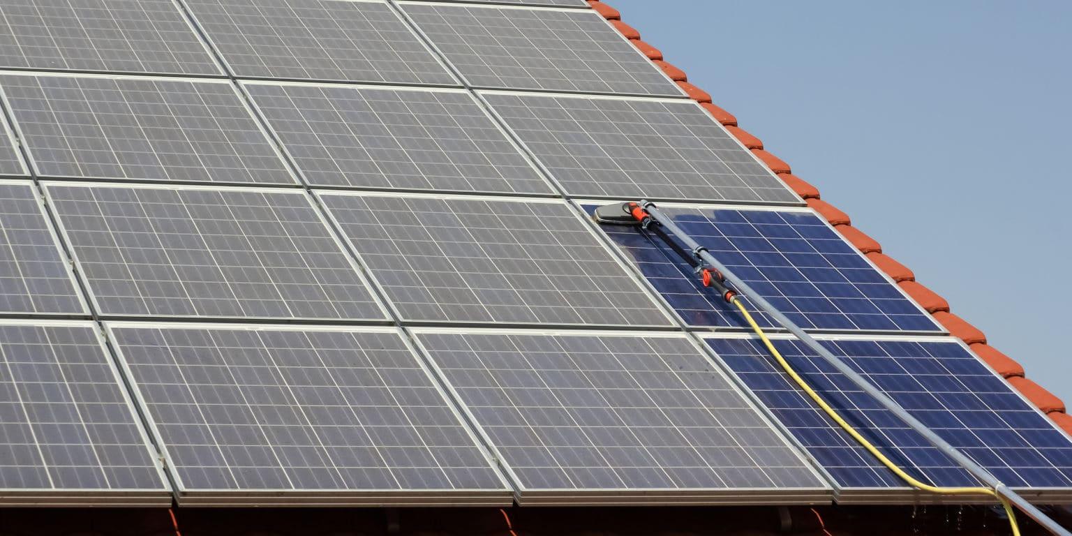 hoe zonnepanelen schoonmaken