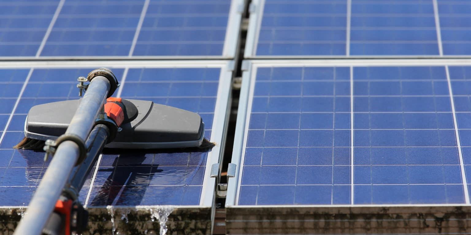 schoonmaken zonnepanelen